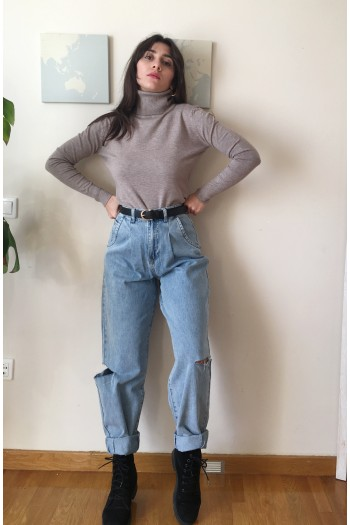 Slouchy jeans with knee cut